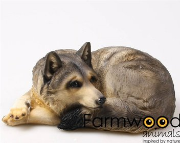 Farmwood Animals Liggende Wolf tuinbeeld